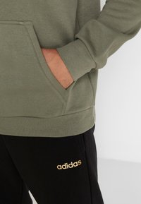 adidas Performance - CAMO ESSENTIALS LINEAR SPORT HODDIE SWEAT - Felpa con cappuccio - green - 5