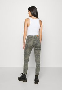 ONLY - ONLBLUSH LIFE MID RAW CAMO - Jeans Skinny Fit - deep lichen green/grape leaf - 2