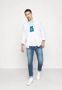 Newport Bay Sailing Club - BLOCK - T-shirt med print - light blue/blue/white - 1