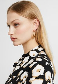 Pilgrim - EARRINGS KIKU - Earrings - gold-coloured - 1