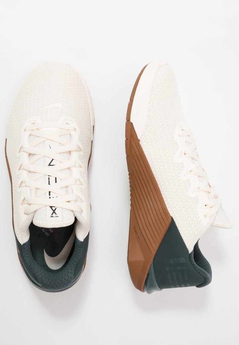 Insignia Inocente Expansión  Nike Performance METCON 5 - Sports shoes - pale ivory/black/seaweed/light  british tan - Zalando.co.uk