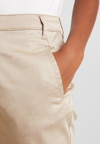 Vila - VICHINO RWRE 7/8 NEW PANT-NOOS - Chinos - soft camel - 4