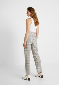 Gestuz - GINNIE PANTS - Stoffhose - red/yellow - 2