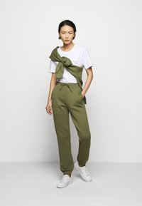 Holzweiler - GABBY TROUSER - Tracksuit bottoms - army - 1