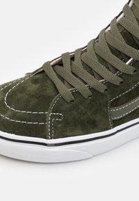 Vans - SK8-HI UNISEX - Sneakers hoog - olive/true white - 5