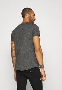 Tommy Jeans - SLIM JASPE V NECK - T-shirt basic - black - 2