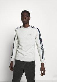 Tommy Jeans - BRANDED TAPE CREW - Sweatshirt - grey - 0