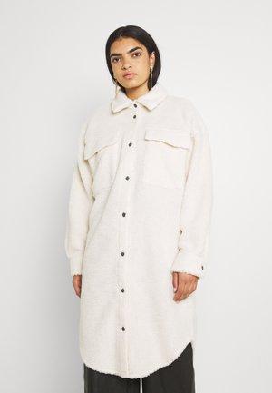 NMSAKIRAN LONG SHACKET - Klasický kabát - beige