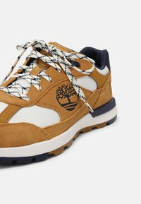 Timberland - FIELD TREKKER  - Sneakers basse - wheat/navy - 6
