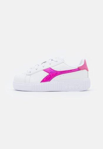 GAME STEP DIAMONDS  - Treningssko - white/fuchsia pink