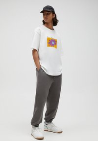 PULL&BEAR - T-shirt med print - white - 1
