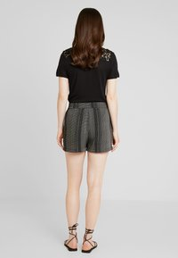 Vero Moda - MIAMI - Shorts - black - 2