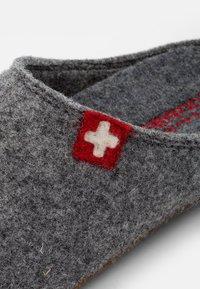 Living Kitzbühel - FILZPANTOFFEL SCHWEIZER KREUZ MIT FUSSBETT  - Slippers - grau - 5