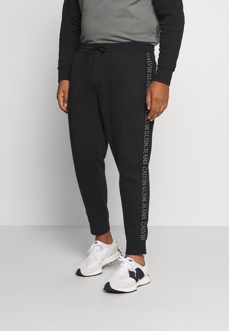 Calvin Klein Jeans Plus - SHADOW LOGO TAPE PANT - Verryttelyhousut - black