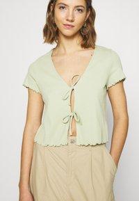 Monki - NILLAN - T-shirt z nadrukiem - green - 5