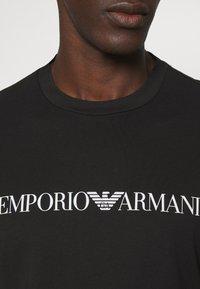 Emporio Armani - T-shirt imprimé - nero - 5