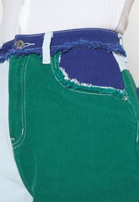 Missguided - FRAYED - Jeansshorts - green - 4