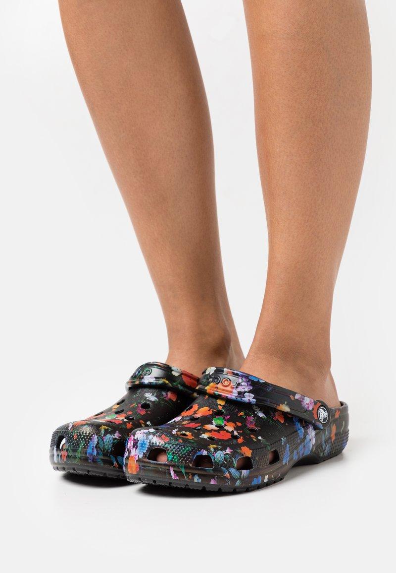 Crocs - CLASSIC PRINTED FLORAL - Klapki - black multi