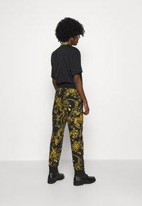Versace Jeans Couture - PRINT REGALIA BAROQUE - Tracksuit bottoms - nero/oro - 4