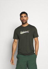 Nike Performance - DRY TEE  ATHLETE CAMO - Camiseta estampada - sequoia - 0