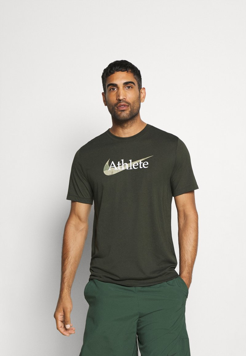 Nike Performance - DRY TEE  ATHLETE CAMO - Camiseta estampada - sequoia