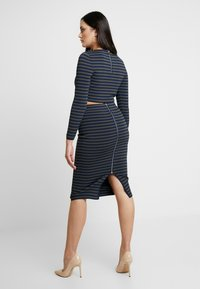 Good American - LONG SLEEVE STRIPE CROP - Topper langermet - dark blue - 6