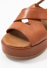 Carmela - Korkeakorkoiset sandaalit - camel - 2