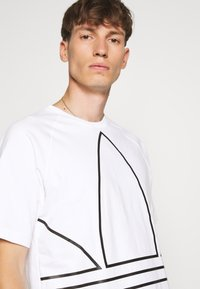 adidas Originals - OUT TEE - T-shirt con stampa - white/black - 3