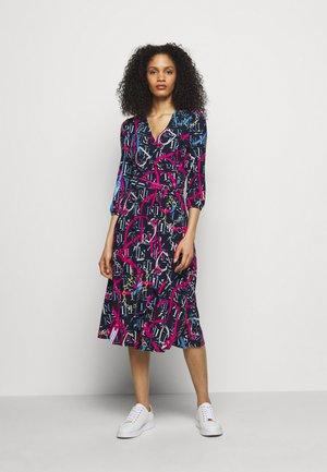PRINTED MATTE DRESS - Žerzejové šaty - navy/aruba pin