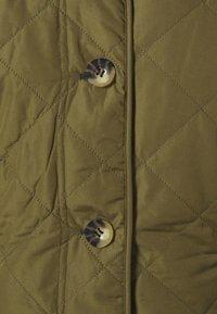 Barbour - BOUR NELSON QUILT - Lehká bunda - olive/olive mist tartan - 6