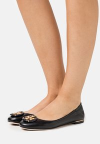 Tory Burch - MINNIE BALLET WITH MULTI LOGO - Baleríny - perfect black - 0