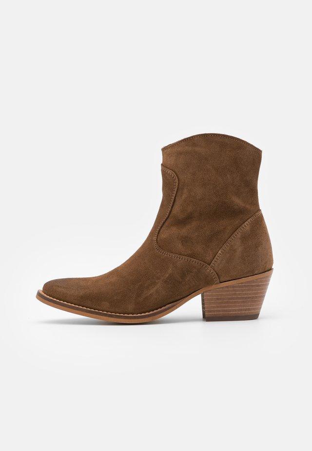 PSTEMPER BOOT  - Kotníkové boty - cognac