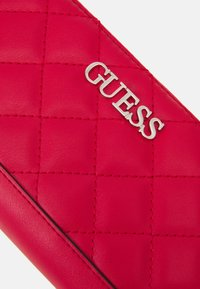 Guess - ILLY LARGE ZIP AROUND - Portefeuille - red - 4