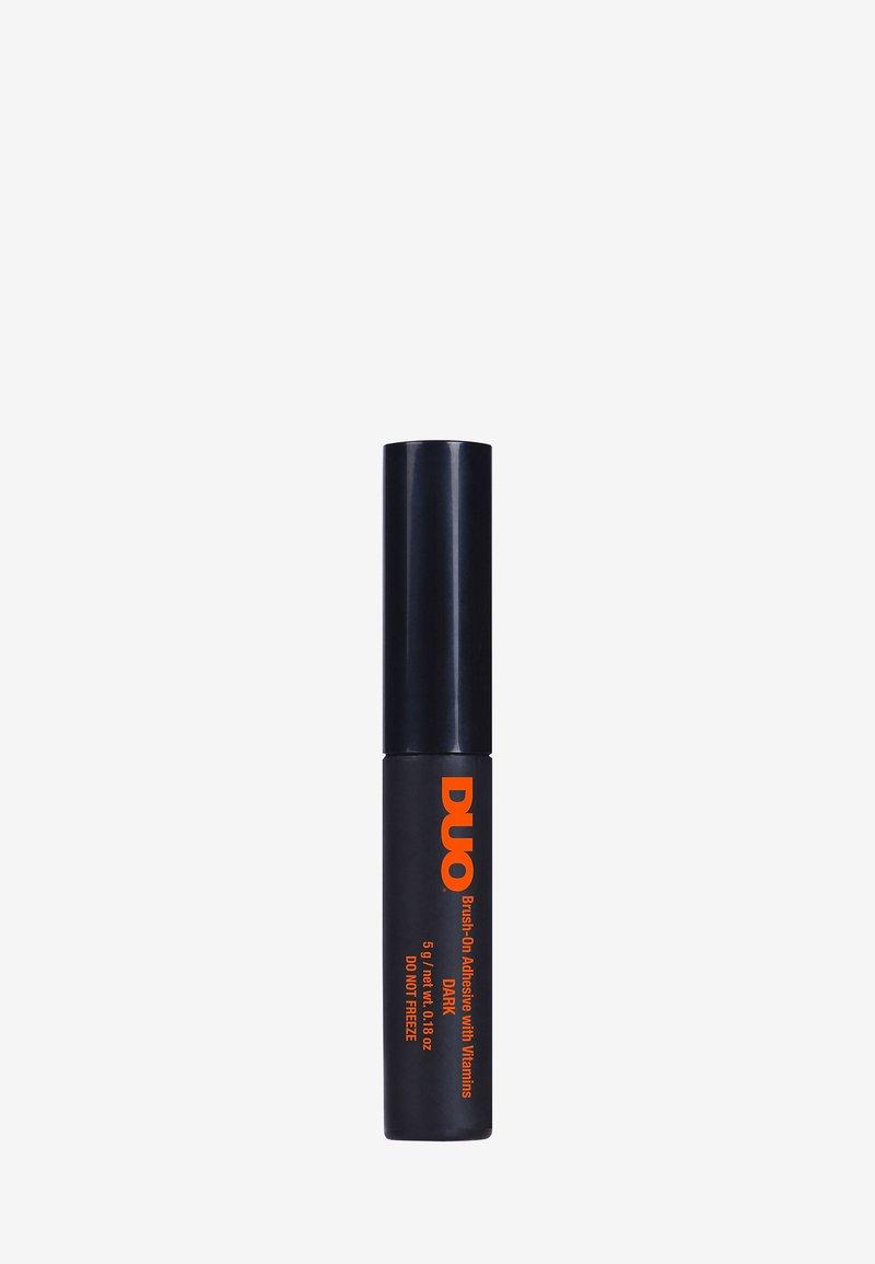 DUO - DUO BRUSH ON ADHESIVE WITH VITAMINS - False eyelashes - dark
