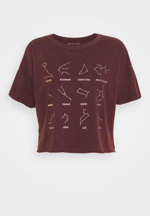CELESTIAL MARIST TEE - Print T-shirt - burgundy