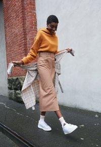 adidas Originals - SUPERCOURT - Sneakersy niskie - footwear white/maroon - 3
