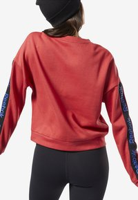 Reebok - TRAINING ESSENTIALS LOGO CREW SWEATSHIRT - Sweatshirts - rebel red - 1