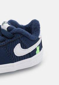 Nike Sportswear - FORCE 1 CRIB SE UNISEX - První boty - midnight navy/white/lime glow - 5