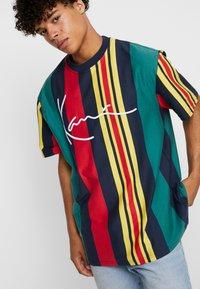 Karl Kani - SIGNATURE STRIPE TEE - Print T-shirt - green/navy/red/yellow - 0