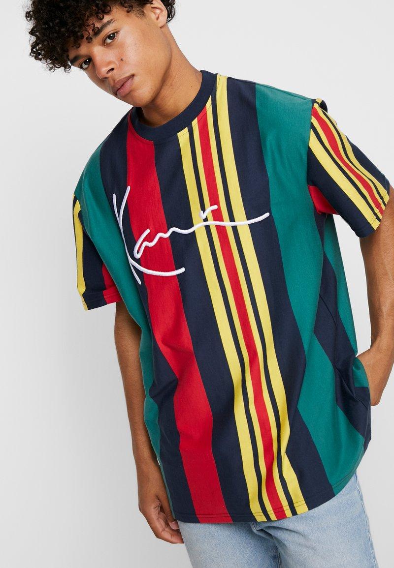 Karl Kani - SIGNATURE STRIPE TEE - Print T-shirt - green/navy/red/yellow