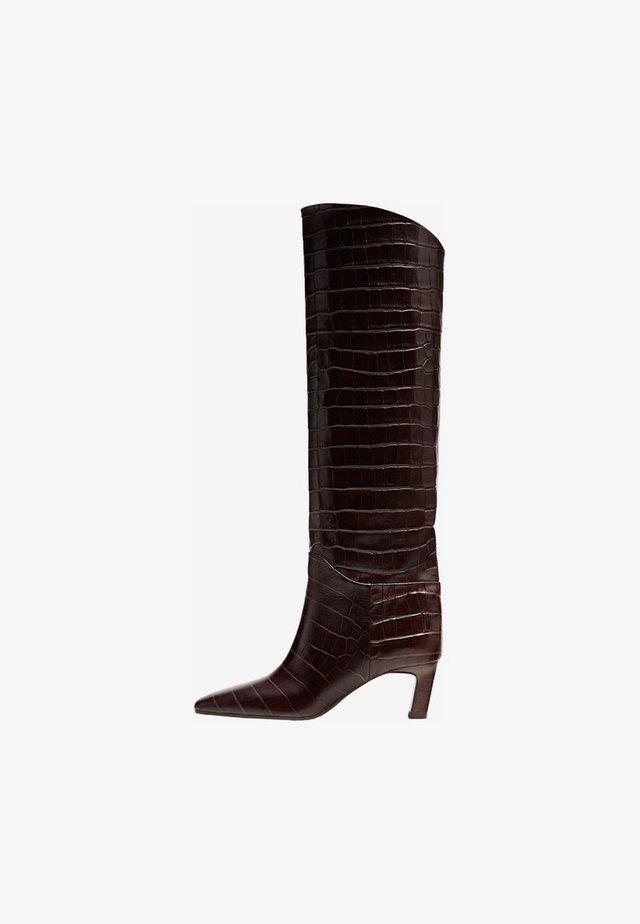 MIT ABSATZ UND TIERHAUTPRÄGUNG  - Boots - brown