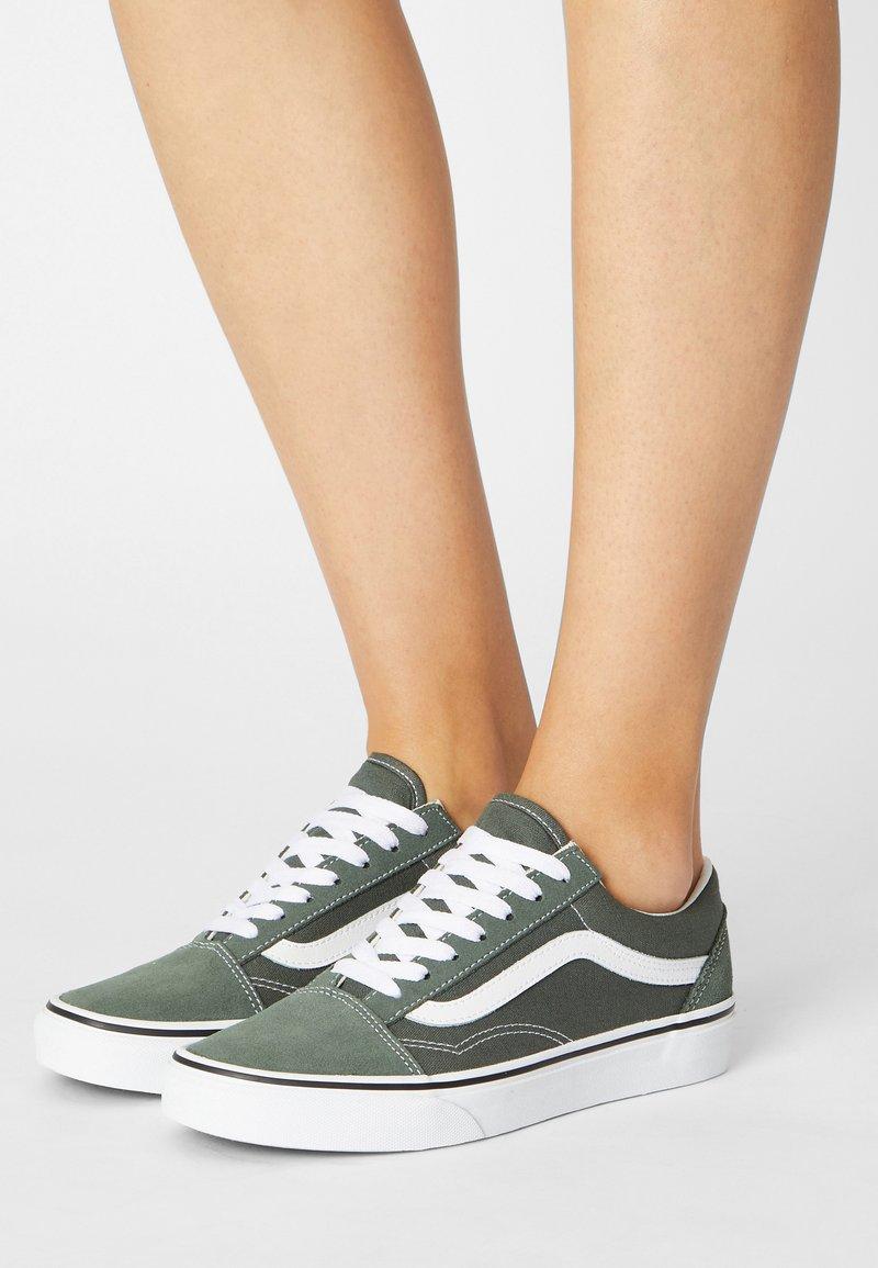 Vans - OLD SKOOL - Sneakers - thyme/true white