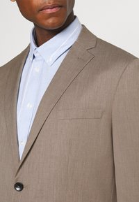 Selected Homme - SLHSLIM MYLOBILL STRUCTURE SUITE - Traje - sand - 9