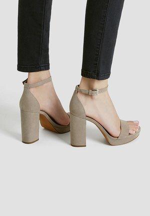 Sandały na obcasie - brown