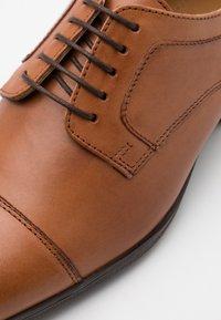 Pier One - LEATHER - Zapatos con cordones - cognac - 5