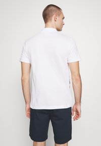 Lacoste - Unisex Lacoste x Jean-Michel Tixier Print Classic Fit Polo Shirt - Poloskjorter - blanc/rouge - 2
