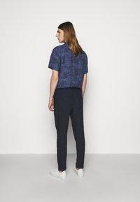 120% Lino - TROUSERS - Pantaloni - blue navy - 2