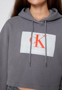 Calvin Klein Jeans - CROPPED HOODIE - Hoodie - shining armor - 4