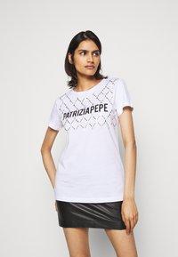 Patrizia Pepe - FLY LOGO TEE - Print T-shirt - bianco ottico - 0