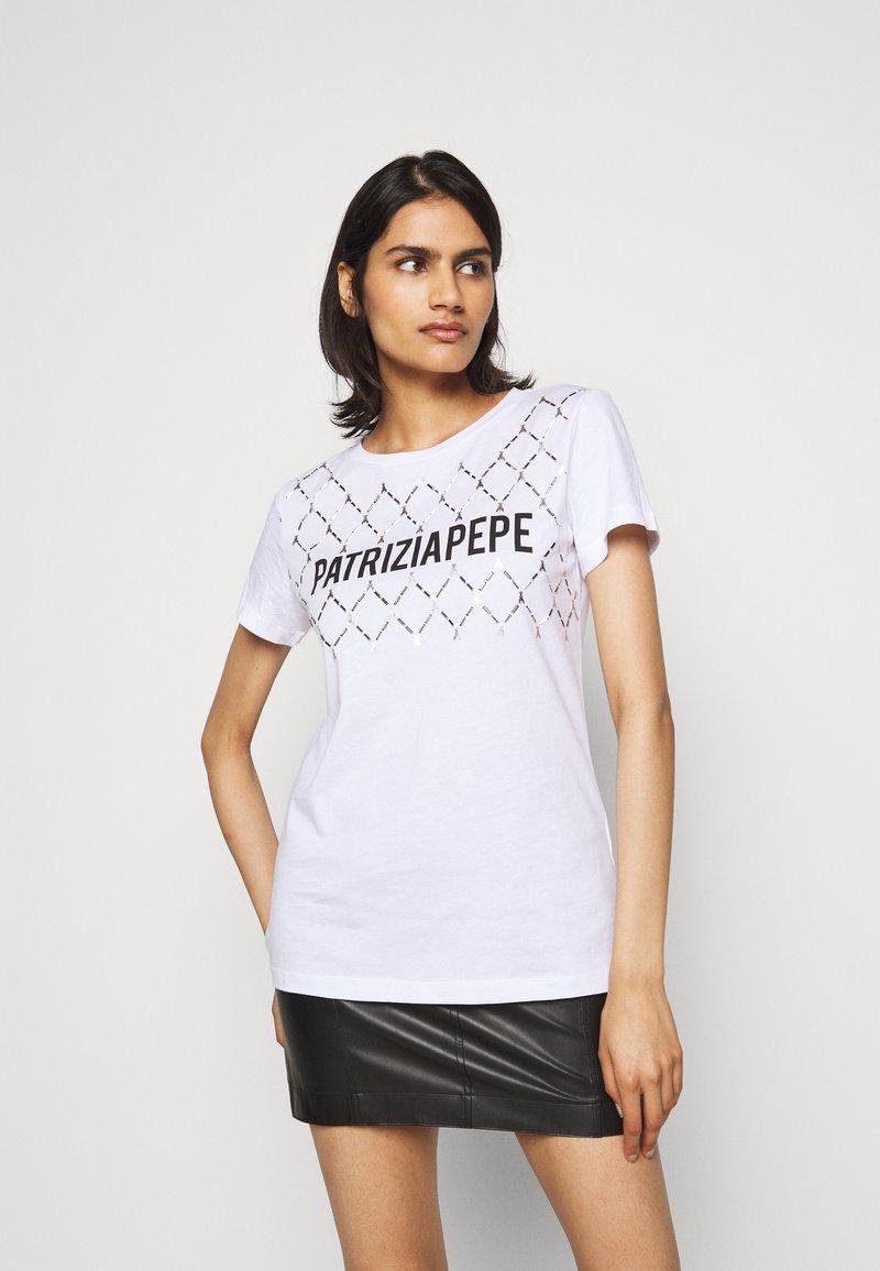 Patrizia Pepe - FLY LOGO TEE - Print T-shirt - bianco ottico
